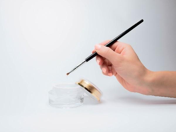 La beauté des pieds et des mains sont effectués avec minutie. Les vernis à ongles semi permanent,  selon le choix de la gamme par la cliente, ne sont pas dangereux pour la santé.